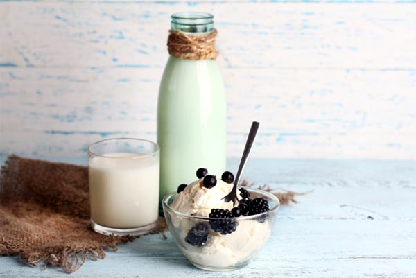 FMCG-glass of milk with berries